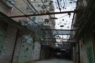 Garbage thrown from jewish settlements on old city in Hebron, according to Palestinians.