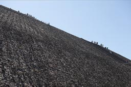 Hyndreds climb Pyramid of the sun, Teotihuacan.